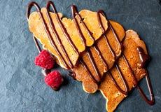 Pfannkuchen in Form eines Herzens Stockbild