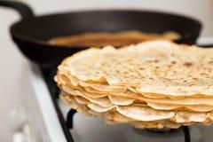 Pfannkuchen gebraten in einer Wanne Stockfotos