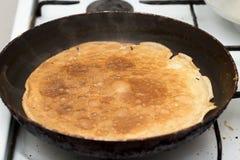 Pfannkuchen gebraten in einer Wanne Lizenzfreies Stockfoto