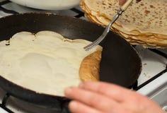 Pfannkuchen gebraten in einer Wanne Stockfotografie