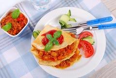 Pfannkuchen gefüllt mit Hackfleisch und Gemüse Lizenzfreies Stockbild