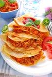 Pfannkuchen gefüllt mit Hackfleisch und Gemüse Stockbild