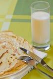Pfannkuchen häufen und Cup Milch an Stockfotos