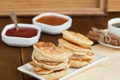 Pfannkuchen, Himbeermarmeladen-Aprikosenmarmeladen-Kaffeezimt Stockbilder