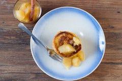 Pfannkuchen mit Äpfeln Stockbild
