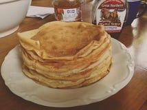 Pfannkuchen mit Ahornholzsirup lizenzfreie stockfotos
