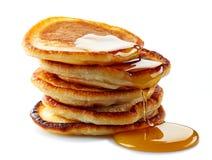 Pfannkuchen mit Ahornsirup Stockbild