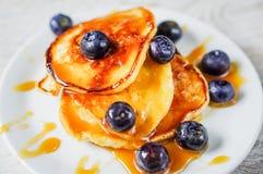 Pfannkuchen mit Ahornsirup und Blaubeeren Stockfoto