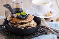 Pfannkuchen mit Banane und Blaubeeren Stockbild