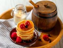 Pfannkuchen mit Beeren auf hölzernem Behälter Ein Fass Honig Lizenzfreie Stockfotografie