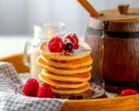 Pfannkuchen mit Beeren auf hölzernem Behälter Ein Fass Honig Stockbilder