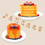 Pfannkuchen mit Beeren, Honig, Stück Butter Lizenzfreie Stockfotografie