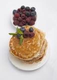 Pfannkuchen mit Beeren, Honig und Minze Stockfotos