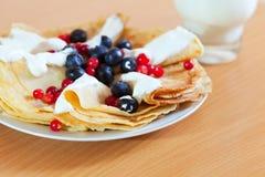 Pfannkuchen mit Beeren und Creme Lizenzfreies Stockfoto