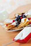 Pfannkuchen mit Beeren und Creme Stockfotografie