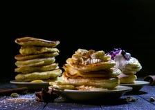 Pfannkuchen mit Beeren und Creme auf einem schwarzen Hintergrund Stockfotos