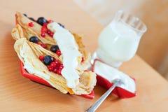 Pfannkuchen mit Beeren und Glas Milch Stockfotos
