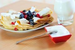 Pfannkuchen mit Beeren und Glas Milch Stockbilder