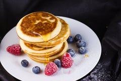 Pfannkuchen mit Beeren und Honig Lizenzfreie Stockfotos