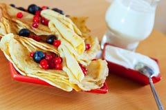 Pfannkuchen mit Beeren und Molkereisahne Lizenzfreies Stockbild