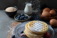 Pfannkuchen mit Beeren und Zucker lizenzfreie stockfotografie