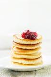 Pfannkuchen mit Beerenmarmelade stockfoto