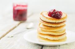 Pfannkuchen mit Beerenmarmelade lizenzfreie stockfotografie
