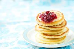 Pfannkuchen mit Beerenmarmelade stockbild