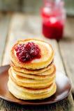 Pfannkuchen mit Beerenmarmelade lizenzfreies stockbild