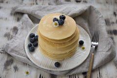 Pfannkuchen mit Blaubeere und Kamille am grauen Hintergrund lizenzfreie stockbilder