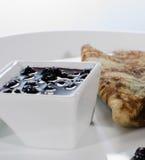 Pfannkuchen mit Blaubeeremarmelade Stockbild