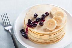 Pfannkuchen mit Blaubeeren und Banane lizenzfreies stockbild