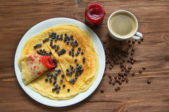 Pfannkuchen mit Blaubeeren und Stau und Kaffee Stockfoto