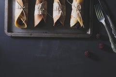 Pfannkuchen mit Brombeeren auf rostigem tinwere mit dem silbernen Messer Stockfoto