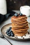 Pfannkuchen mit Buchweizen- und Hafermehl Gesunde Pfannkuchen des strengen Vegetariers Schokoladenpfannkuchen stockbilder