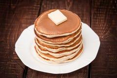 Pfannkuchen mit Butter auf einem dunklen Hintergrund Stockfoto