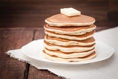 Pfannkuchen mit Butter auf einem dunklen Hintergrund Lizenzfreie Stockbilder
