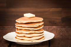 Pfannkuchen mit Butter auf einem dunklen Hintergrund Lizenzfreies Stockbild