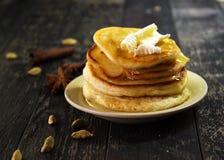 Pfannkuchen mit Butter und Honig auf einem schwarzen Hintergrund Lizenzfreies Stockbild