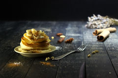 Pfannkuchen mit Butter und Honig auf einem schwarzen Hintergrund Lizenzfreies Stockfoto