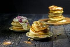 Pfannkuchen mit Butter und Honig auf einem schwarzen Hintergrund Stockfotos