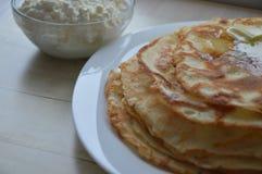 Pfannkuchen mit dem Hüttenkäse, der am Pfannkuchentag füllt Lizenzfreie Stockfotografie