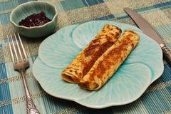 Pfannkuchen mit dem Stau gedient in der blauen Tonware Stockfoto