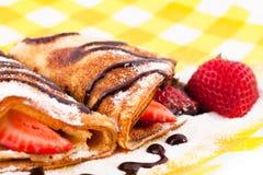 Pfannkuchen mit den Erdbeeren Stockfotos