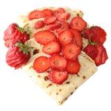 Pfannkuchen mit den Erdbeeren lokalisiert Lizenzfreie Stockfotografie