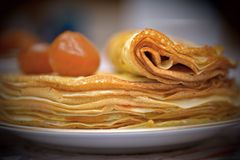 Pfannkuchen mit einem Feigenstau und -tee Stockbild