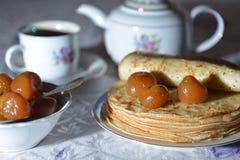 Pfannkuchen mit einem Feigenstau und -tee Stockbilder