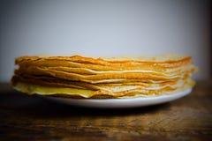 Pfannkuchen mit einem Feigenstau und -tee Stockfotos