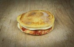 Pfannkuchen mit einem Pudding- und Erdbeerstau stockfotografie