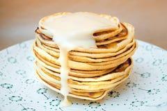 Pfannkuchen mit einer Kondensmilch Stockfotografie